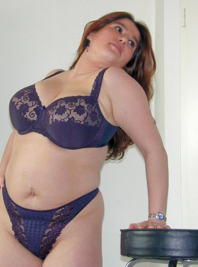 Dicke Frau in Unterwäsche